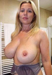 seins énormes de cougar femme au téléphone