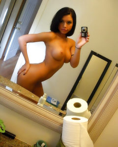 brune gros seins de jeune femme au telephone